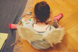 Flügel sind wie Musik - da, um geteilt zu werden. Aus einer Video-Requiste wird ein Geschenk für mein Patenkind.