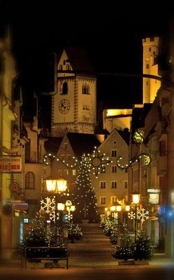 Geschmückte Weihnachtsbäume in der Innenstadt von Füssen