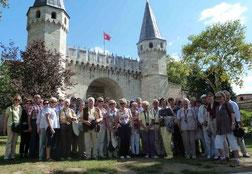 """Die Mitglieder des Geschichts- und Heimatverein vor dem """"Tor der Begrüßung"""" am Topkapi-Palast in Istanbul. (Bild:hf)"""
