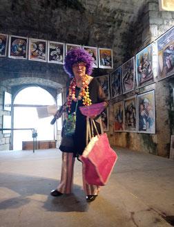 Marthe Pellegrino arrivant sur l'estrade pour l'appel des artistes