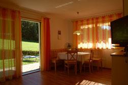 Ferienwohnung Sass Rigais, Wohnküche mit Zugang zum Garten
