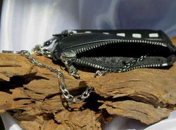geöffnetes Lederportemonnaie mit Kette