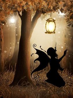 Petite fée assise au pied d'un arbre: elle guide au fil des pages le visiteurs pour lui dévoiler, lui présenter chacun de mes bijoux au crochet avec perle