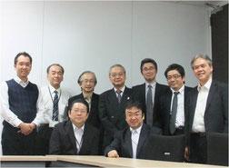 ※前列左が、今回の報告者のWさん。大手電子機器メーカーで開発職~営業職を歴任してきている。日本の産業社会に貢献したいという志が高く、将来の独立開業を模索中である(前列右が田中)。