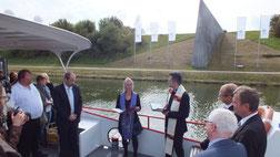 In Höhe des Denkmals für die Europäische Hauptwasserscheide spenden die evangelische Pfarrerin Verena Fries und der katholische Kaplan Janusz Mackiewicz den geistlichen Segen.