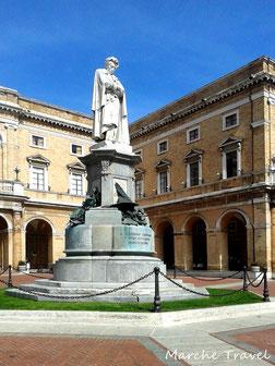 Piazza Giacomo Leopardi con il Palazzo Comunale, Recanati