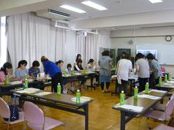 手作り教室(ブレスレット作りの様子)