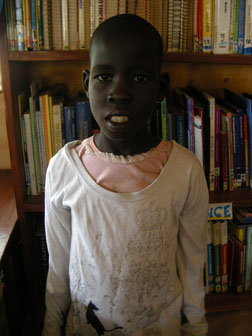 就学支援中のフィオナ。就学後も、休日には図書館に熱心に通って来ています!!