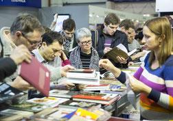 Neben dem Buchhandel sind kleine Verlage häufig auf Messen unterwegs, um ihre Produkte zu präsentieren.