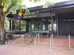Blick auf den Eingang der Bibliothek Waldmühle in Soltau