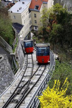 Graz - rote Kabinen der Schlossbergbahn