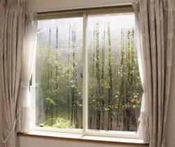 窓の結露  こうして見えている結露はまだ安心