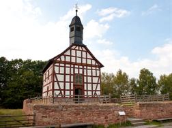 Das Bild zeigt die alte Ederbinghäuser Kirche im Freilichtmuseum Hessenpark bei Neu-Anspach