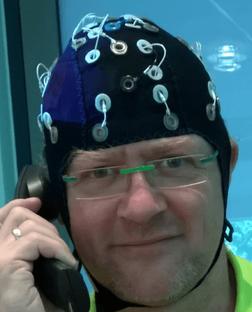 Un sistema de EEG inalámbrico de 24 canales con 24 electrodos montados en una gorra elástica de EEG hecha a medida.  Medición de cambios en el esfuerzo de escucha.