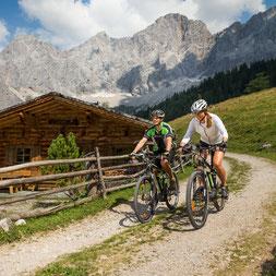 Biker am Fuße des Dachstein