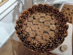 Corbeille fond plat en pommes de pin naturelles fait main