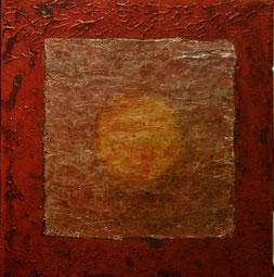 schilderij 30 bij 30 cm van Joke Zonneveld. De basiskleur is koperkleur met donkerrode tinten. Daarop is een zacht parelmoerkleurig vlak met in het midden een gele cirkel die als het ware door een mistlaag heen straalt.