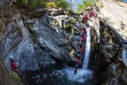 © AREA 47: Photograf Jens Klatt; AREA 47 – der größte Outdoor Freizeitpark in Österreich, Outdoor-Highlight im Ötztal, Outdoor, Sommer, Outdoor, Canyoning, Wasser, Fels, Sprung, Wasserfall, Wald