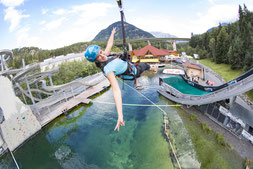© AREA 47: Fotograf: Jens Klatt; AREA 47 – der größte Outdoor Freizeitpark in Österreich, Outdoor-Highlight im Ötztal, Outdoor, Sommer, Flying Fox, Adrenalin, Frau, Wasser, See, Wald, Rutsche