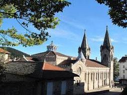 Façade de la basilique de Lalouvesc avec ses deux clochers une photo du sanctuaire Saint Jean-François Régis à La Louvesc , par le gite du domaine de la gorre en location en ardeche