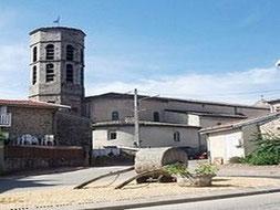 Vue du clocher et la façade de l'église du village de Roiffieux par le gite du domaine de la gorre en location en ardéche