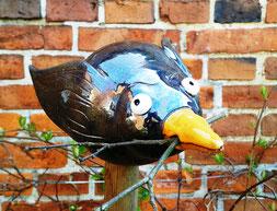 Stele Vogel Rabe grau gelber Schnabel mit Zweig zum Nestbau lustige Gartenkeramik