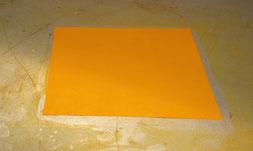Matthieu van Riel. Pigmentobjecten. Zonder titel 140x160x0,2cm pigment op vloer 1986