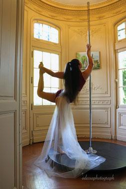 Danseuse pole dance dans la tour du Château Belle Epoque
