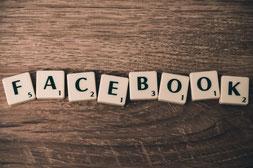 Scrabble-Steine welche das Wort Facebook abbilden. Sie stehen für alle Social Media Leistungen von marketing-helper.