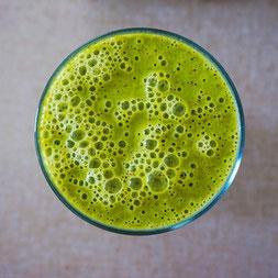 Grüne Smoothies und andere Kräuterzubereitungen können deine Leber und Galle reinigen. So startest du mit Leichtigkeit ins Jahr.  Mehr Tipps im SOULGARDEN Blog