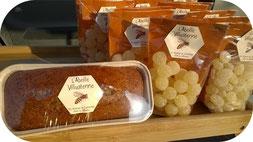 Pain d'épices et bonbons au miel de l'Abeille villadéenne sur un stand de marché