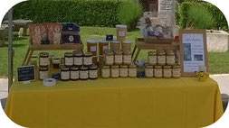 Stand de Julie de l'Abeille villadéenne avec miels, pains d'épices, bonbons et panières garnies au marché de l'APE d'Ecoyeux dans le 17