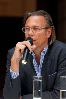 """Harald Welzer als Autor u.a. von """"Selbst Denken - Eine Anleitung zum Widerstand"""""""