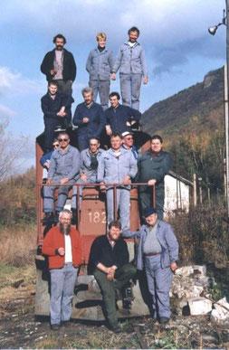 Hier die zu recht stolzen Bündner Mannen des Club 1889 nachdem die Lok sicher und unversehrt im Talbahnhof angekommen ist. Foto: Club1889