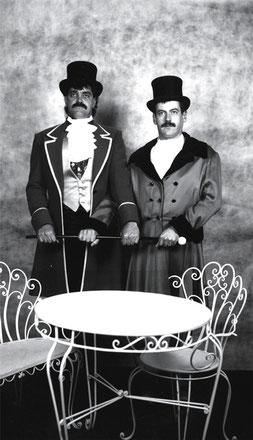 """Les Pères fondateurs d'ART & DECO, posant pour la postérité le 23 octobre 1885, pardon, 1985: Rudolph """"Fisu"""" Zbinden & Charly """"Carotte"""" Baeriswyl"""