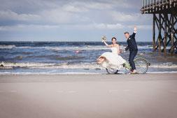 fotograf hochzeit, strand st. peter-ording, fotograf st. peter-ording, fahrrad am strand, brautpaar, pfahlbau, nordsee, wellen, hochzeitsfotos, brautkleid,