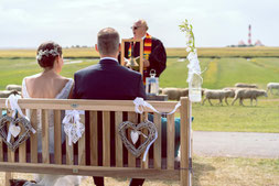 kirchliche trauung nordsee, deichhochzeit, schafe, brautpaar, westerhever leuchtturm, heiraten, fotograf hochzeit, brautpaar am deich