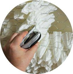 Bild: DIY Deko Backdrop für die Party oder Hochzeit – mit dieser Anleitung ganz einfach eine Upcycling Dekoration aus alten Kaffeefiltern selber basteln // gefunden auf dem Partystyling Blog Partystories.de // #diydeko #Kaffee #partydeko #hochzeitsdeko