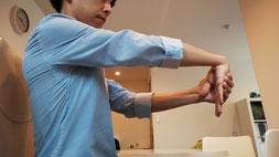 首の骨と骨の間隔が狭い改善方法を伝える奈良県御所市の整体師