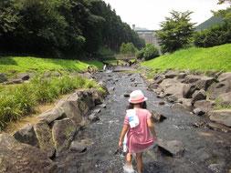 娘も川遊びはだいすきです