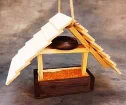 Кормушка деревянная для птиц.
