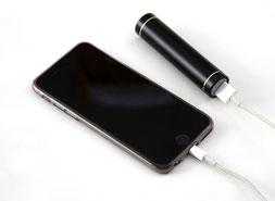 Handy mit Powerbank als Beispiel der Nutzung von elektrischer Energie