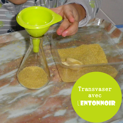 transvaser avec un entonnoir Montessori