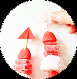 Bild: Süßigkeiten als Geschenkidee selber machen – mit dieser Anleitung Süßigkeiten Spieße zum Valentinstag verschenken; gefunden auf dem DIY Deko & Partystleing Blog Partystories.de // #Valentinstag #DIYgeschenk #LoveisSweet