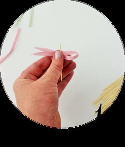 Bild: DIY Kuchentopper und Kuchen Deko  zum Geburtstag, für eine Party oder die Hochzeit - Mit dieser Anleitung schöne Caketopper aus Seiden- oder Geschenkband einfach selber basteln! // gefunden auf Partystories.de // in Kooperation Coppenrath & Wiese