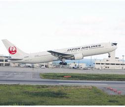 JTAが夏季限定で中型機を就航させた=18日午後、石垣空港