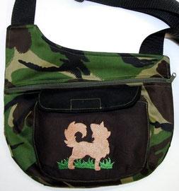Gassi Tasche Tarn mit LH-Chihuahua auf Wiese