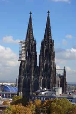 La fronte d' ovest del Duomo è gigante, ha una superficie di 7100 mq