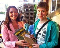 Preisübergabe durch Muriel Vicum (links)