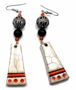 photo de boucles d'oreilles fantaisie de créateur en laiton argenté et céramique blanche et orange, perles en onyx noir